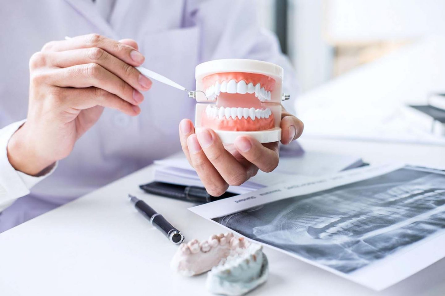 Differences Between Dentures And Dental Implants